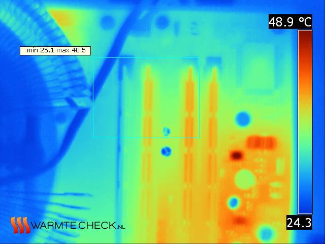 In een computer is het goed te zien hoe de processorkoeler (waaier links) alleen bijdraagt aan het koelen van de eerste geheugenmodule (verticaal, parallel, 1xBlauw & 3xOranje).