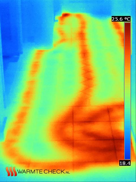 Hier is zichtbaar hoe de aanvoer en retourslangen lopen van de langste lus in het huis. Het temperatuursverschil is zo groot dat je de retourslangen nauwelijks kunt zien tussen de warme slangen.