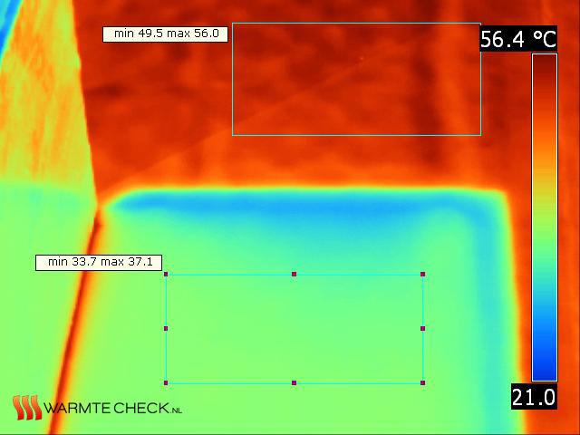 Warmtebeeld waar het verschil in temperatuur van het dakleer met en zonder isolatie te zien is.