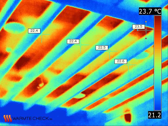 Het dak van binnenuit gezien blijkt duidelijk koeler op de plekken met extra isolatie.