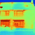 Thermografisch beeld van de Jasmijnstraat toont waar de isolatie gebrekkig is.