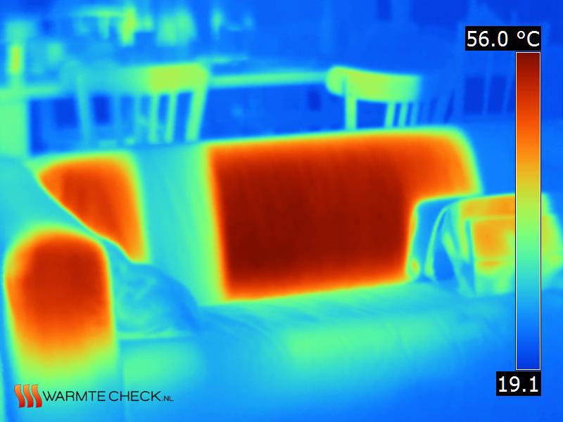 Thermogram van de warmte van de zon op een bank en stoelen